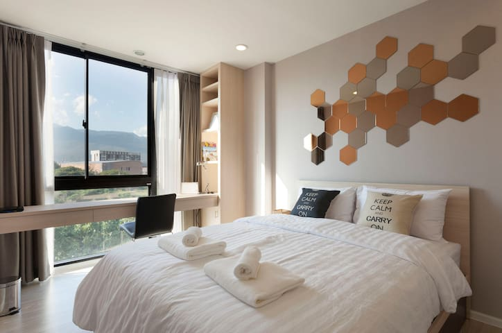 Queen size bed with mountain view
