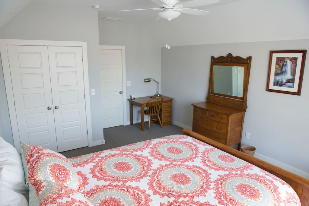 Queen bed with dresser and desk