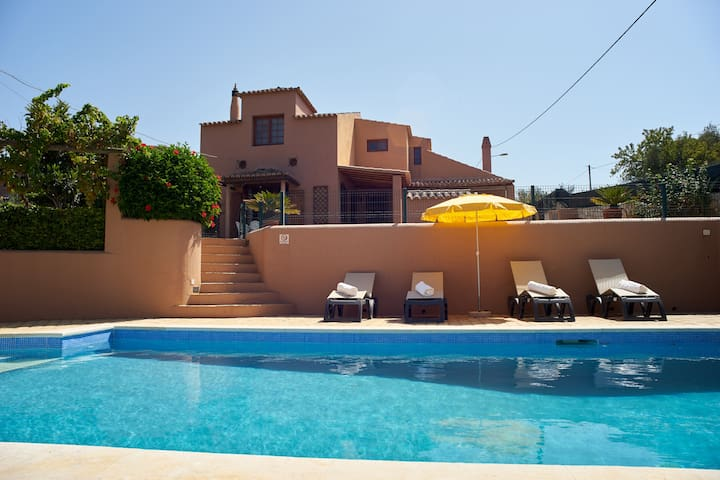 Family villa with pool within easy reach of Alvor - Alvor - Villa