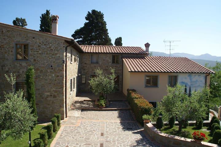 Splendida casa vacanze a Montecarelli con giardino