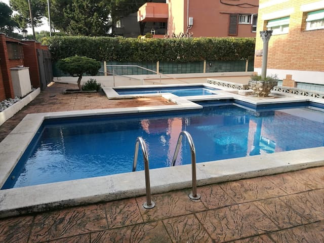 Light airy room in apartment Castelldefels beach