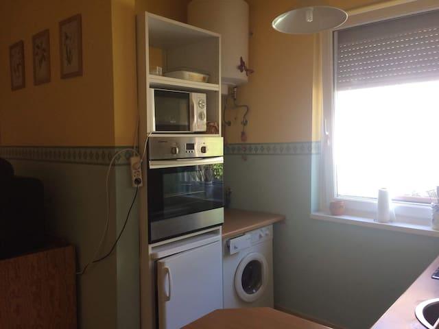 Nappali konyha sütővel, mikróval, mosógéppel