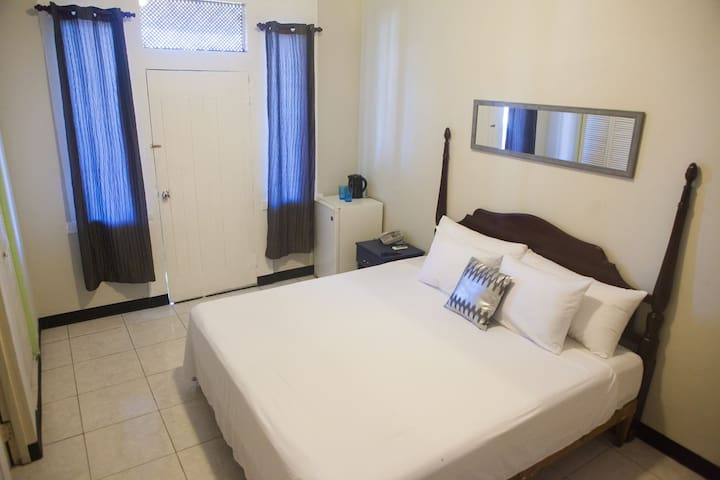 6 Hip Strip Hotel Room WiFi AC Beach Center Mobay