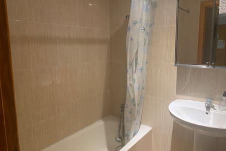 Habitación pequeña con baño compartido.