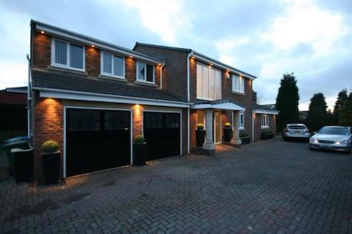 LUXURY EXECUTIVE HOME IN PONTELAND - Ponteland - House