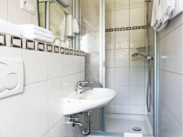 Pension Braun (Winterberg/Stadt) -, Einzelzimmer Nr. 7 - mit schönem Ausblick auf die Stadt