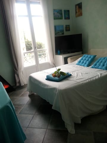 Menton top floor, 2 rooms flat. Close beach & city