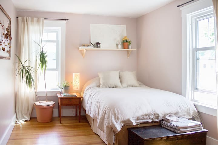 Bright+Cozy Room in Artists Home 15min outside PVD