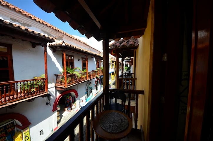 Walled City studio with balcony! -AC/WiFi/HotWater
