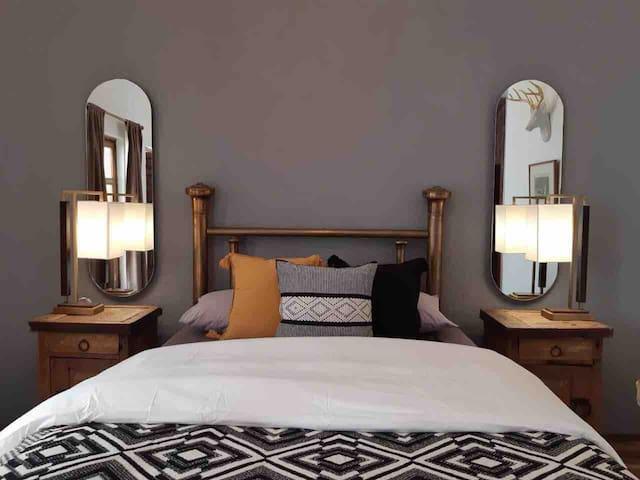 Casa Aurelia. Habitación cama queen y terraza