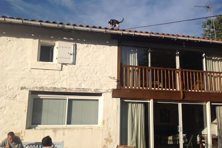 Bel appartement avec baies vitrées - Prailles - アパート