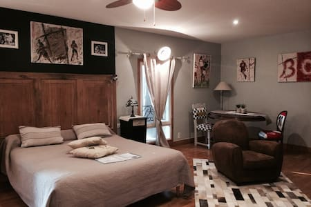 Chambre spacieuse décorée sur le thème du Rugby - Saint-Émilion