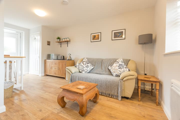 Cosy Ground Floor Apartment With Private Parking