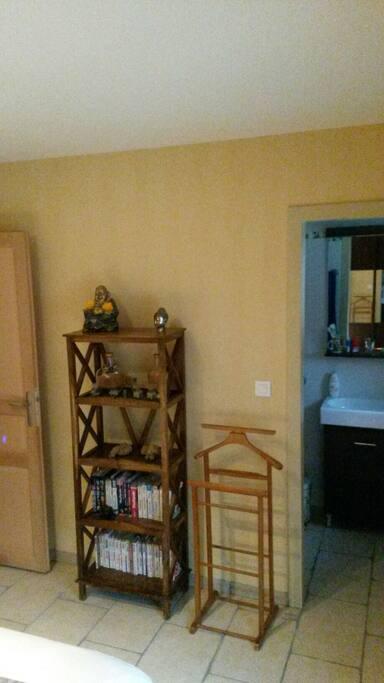 A droite de la photo l'accès à la salle de bain de la  chambre