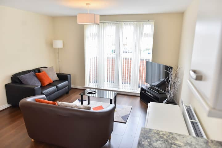 Stylish 2-Bed Apartment with Parking, Coventry