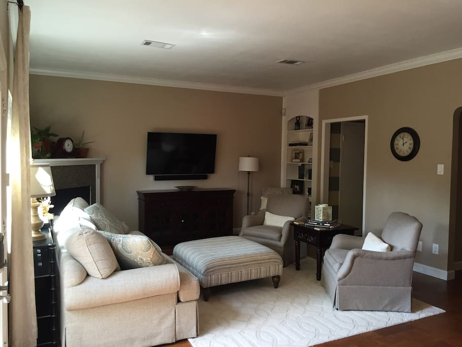 Living room with 4k TV- watch cable or netflix