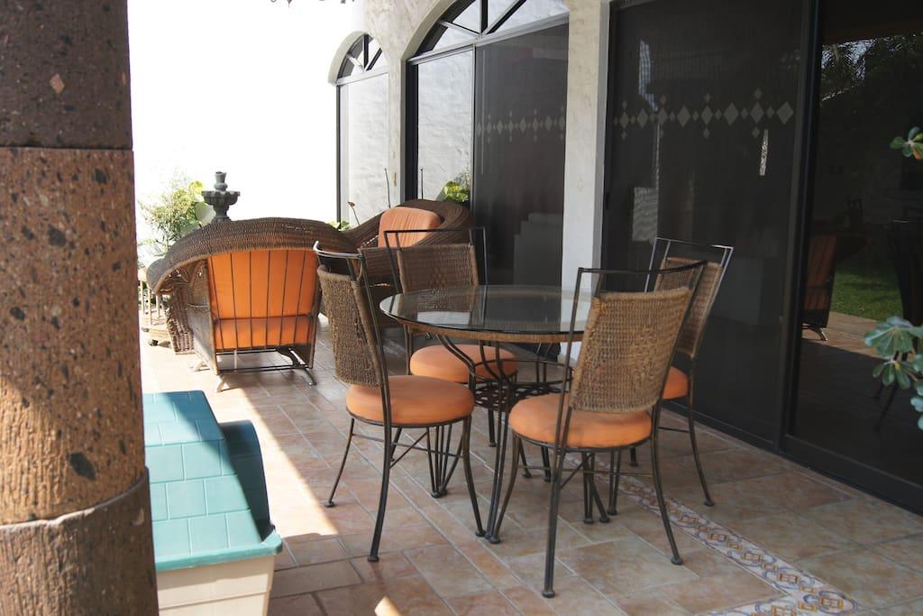 Terraza con sillones y mesa, para quienes prefieren estar más cerca de la naturaleza