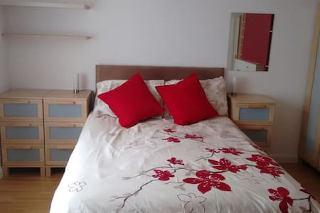 Large double bedroom in quiet house. - Stevenage - บ้าน