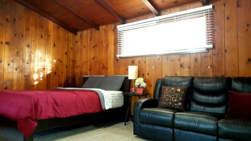Guest house - cabin feel, private and comfortable