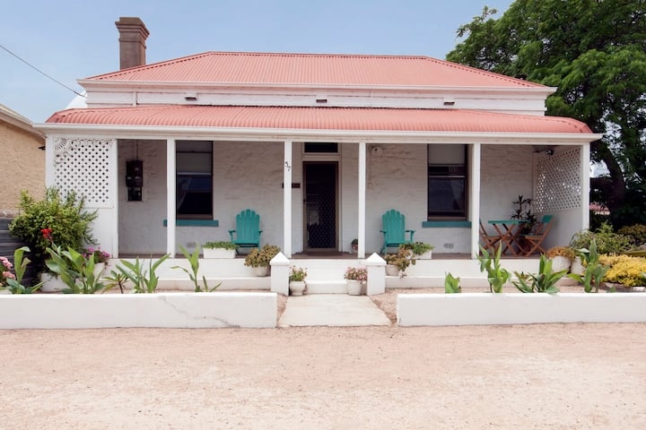Maldon -  perfectly located beach town cottage