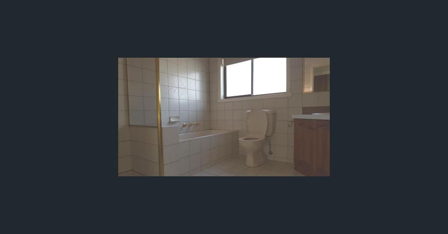 Queen Size bed close to Footscray - Maidstone - Dům