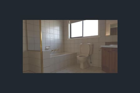 Queen Size bed close to Footscray - Maidstone - Casa