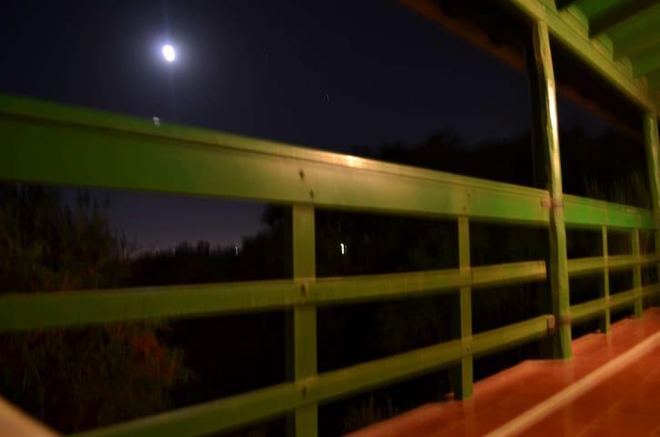 Como dijimos, podemos ver salir la luna desde la galería.