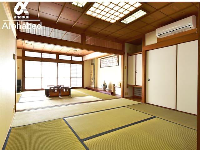 和室の襖を外せば16帖の広い和室になります。 多人数の宿泊も可能です。