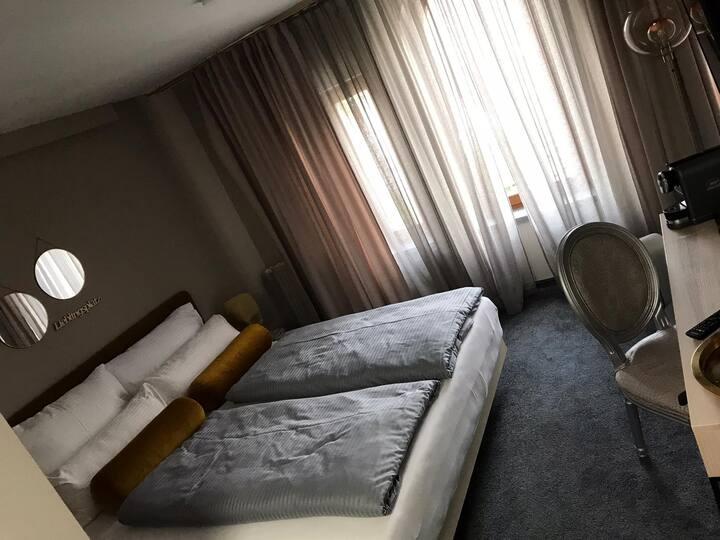 schönes modernes Doppelzimmer
