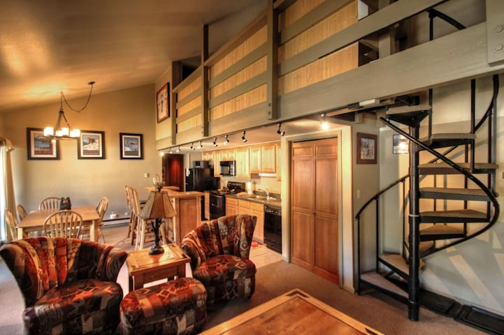 Spacious 2 Bedroom + Loft in Wild Irishman!