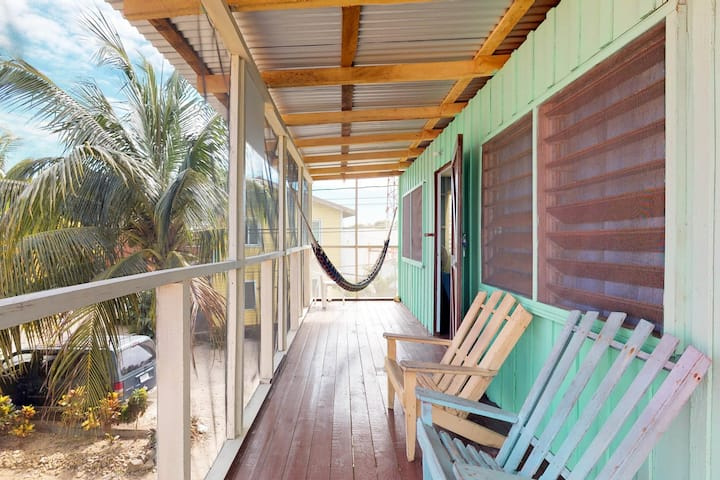 Inviting, renovated cabana w/ WiFi - walk to shops, restaurants, and the beach!