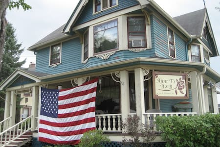 Aunt T's B&B - River Room - Neenah