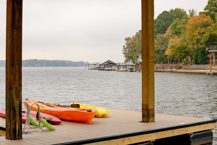 Family Lakehouse Retreat, Main Channel ,Sleeps 36