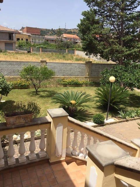 Casa indipendente con giardino a 1 km dal mare