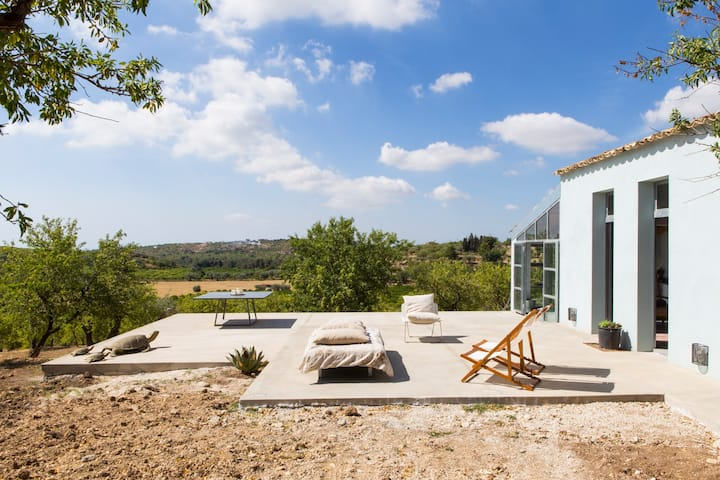 Stylish country house, quiet location near Noto