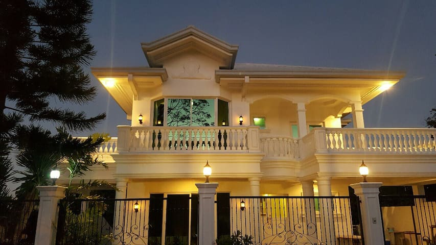 The Tagaytay Mansion - tagaytay city - Haus