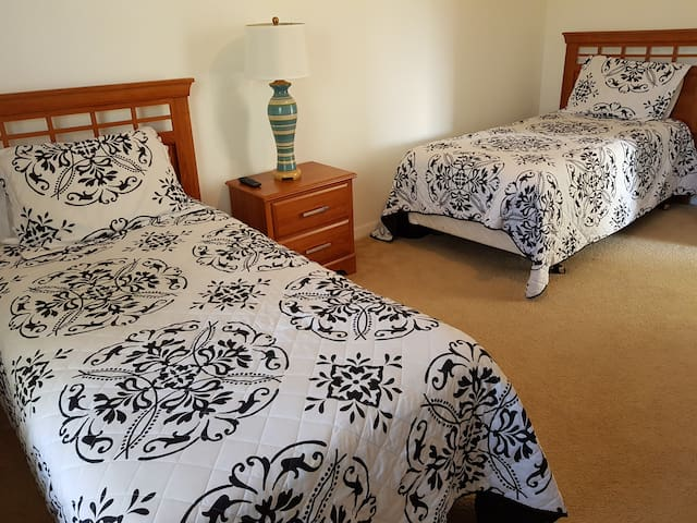 Shared room 9 miles from Disney - one bed.