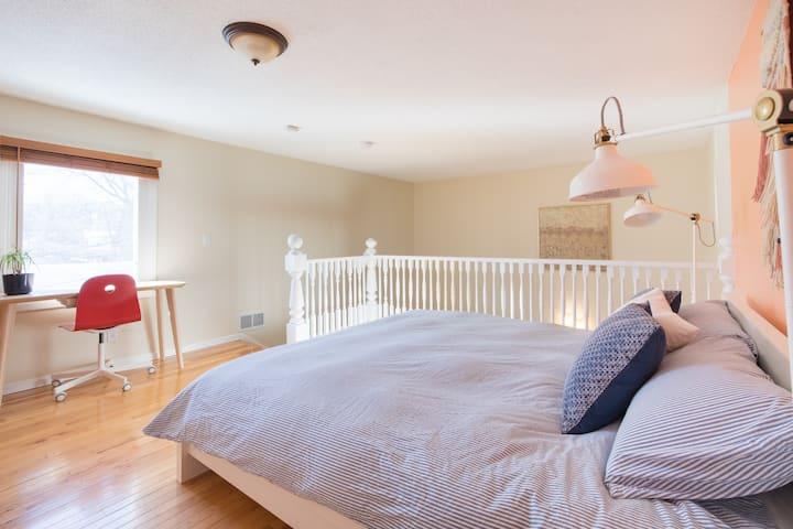 Private Apt w/Bedroom Loft - NE Mpls Arts District