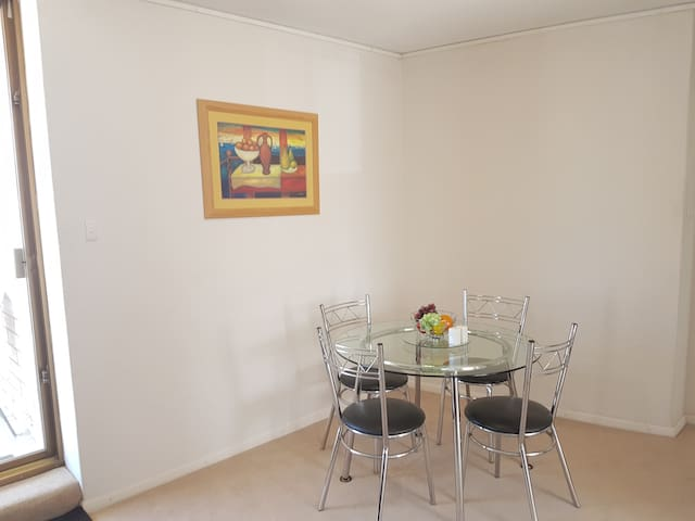 Spacious Quiet Beachside Apartment with THE view! - Glenelg - Daire