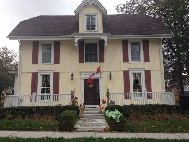 Red Room $89 @ The Butter Barn B & B  in Waterford - Waterford - Bed & Breakfast