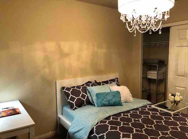 Pvt rm 6 miles from strip w/tv & blackout curtains