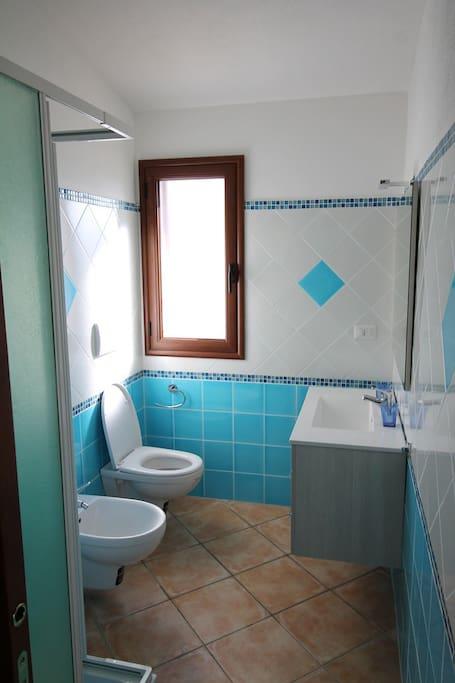 helles gut ausgestattetes Badezimmer