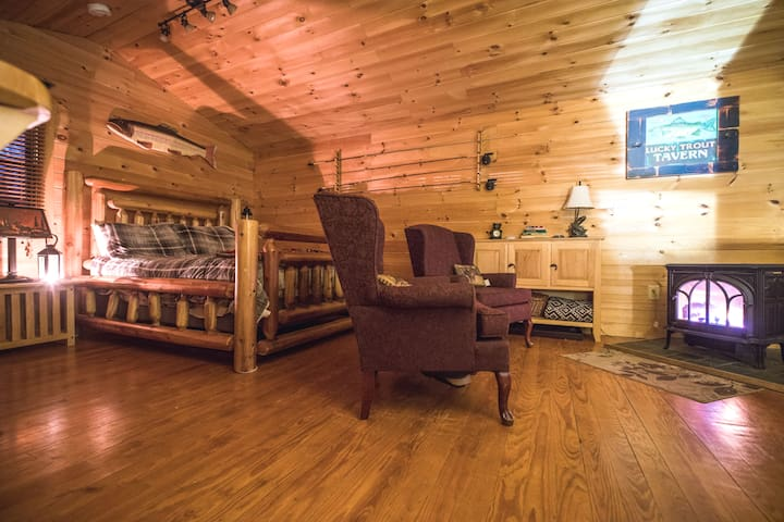 Private Cozy Cabin with Hot tub & gas Fireplace