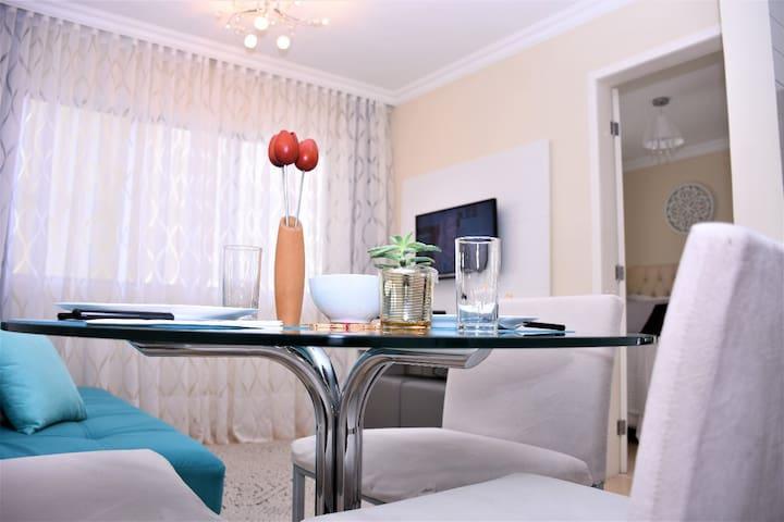 Jogo de mesa com 3 cadeiras estofadas (Tok Stok), sofá cama de casal (com 3 posições pra seu maior conforto), almofadas macias e charmosas, 2 puff's Tok Stok, um aparador, 1 TV smart.
