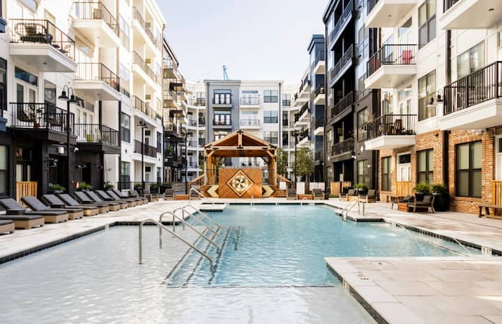 Upscale Downtown Apartment With Luxury Amenities