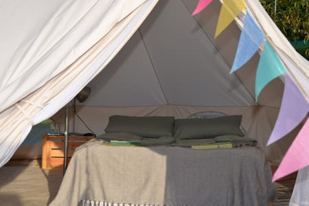 Tipi auf großer Wiese am Camping Schloss Burgau