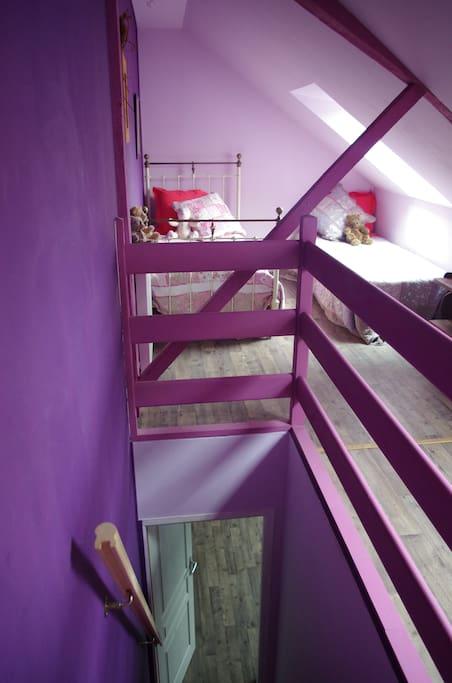Accès par un escalier meunier à la chambre des enfants. 2 lits de 90 et un lit parc pour les petits.