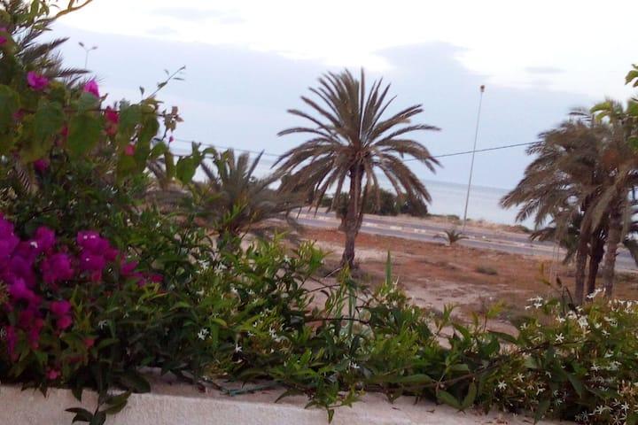 Ancienne maison  vu de mer près du port