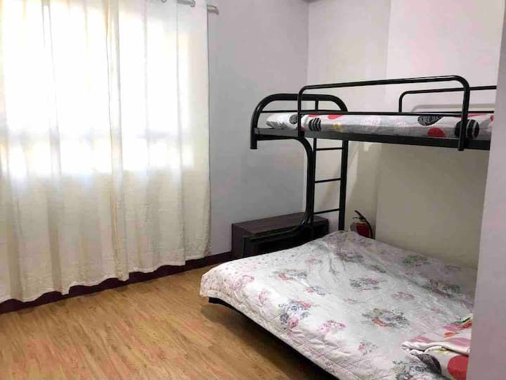 SPACIOUS ROOM WITH UNLIMITED WIFI AND CABLE.
