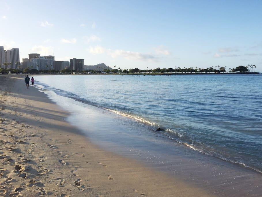 目の前はすぐアラモアナビーチ。朝の散歩などいかがですか?